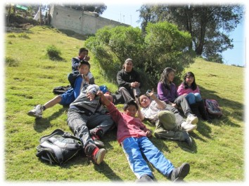Familia descansando en un área verde